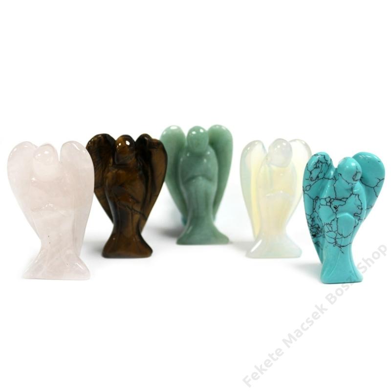 Több féle kristályból készült angyal szobrocskák.