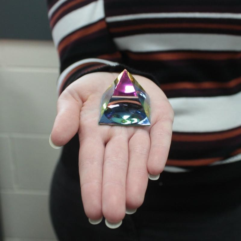 Kis méretű dekor piramis, aminek üvegén megtörik a szín, így igazán egyedi látványt nyújt.