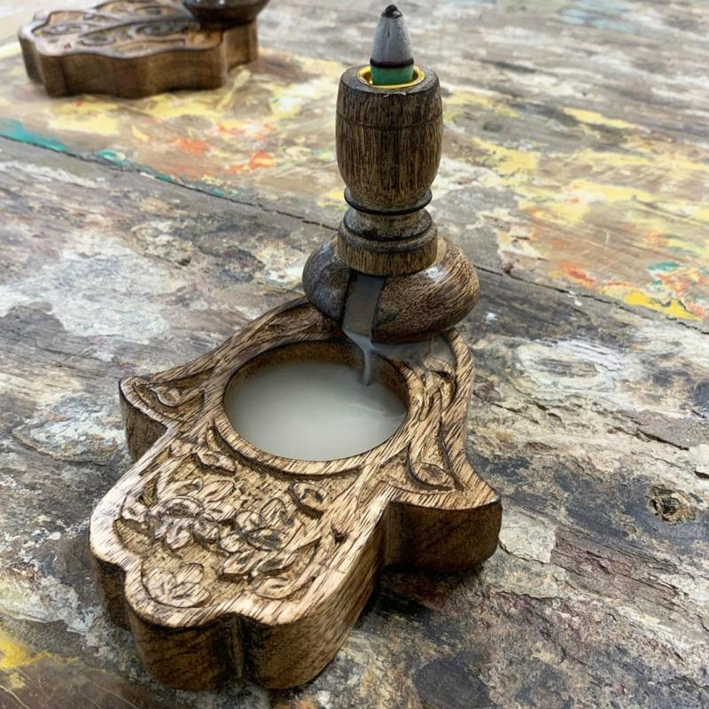 A folyékony füst lágyan feltölti a mangófába faragott mélyedést, majd szétoszlik az illat a térben.