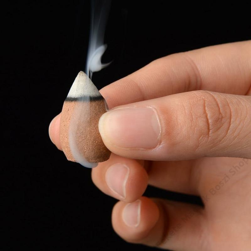 A folyékony füst illatkúp aljánál is hömpölyög a füst.