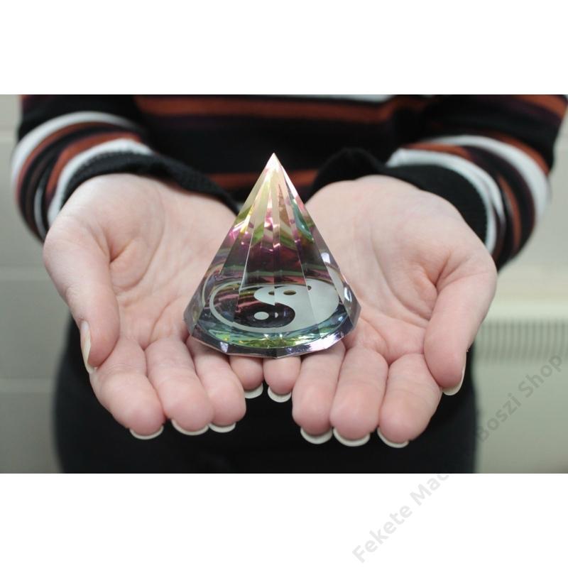 egyedi mintájú üveg piramisok