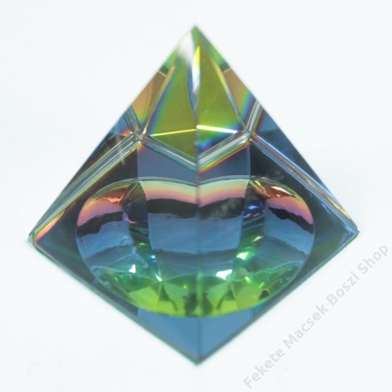 Színes 4 oldalú piramis dísztárgy