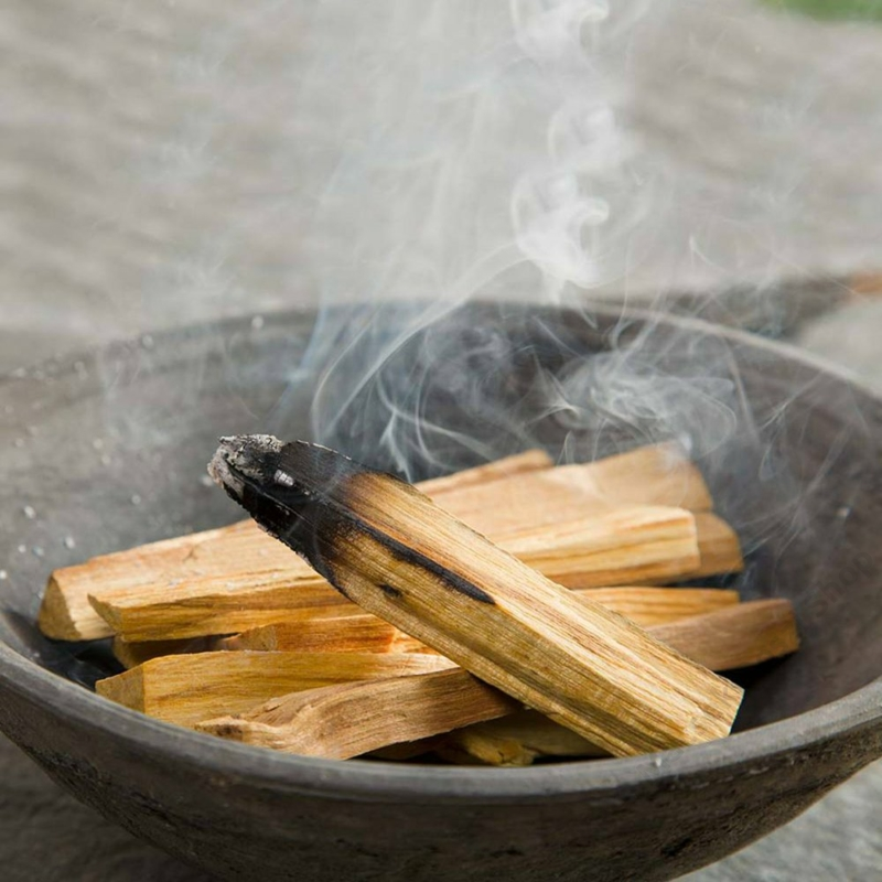 A palo santo füstölő tértisztításhoz is kiváló.